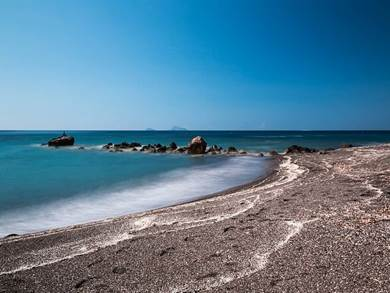 Spiaggia di Vlychada fto by by By Dietmar Rabich, CC BY-SA 4.0, httpscommons.wikimedia.orgwindex.phpcurid=63225562